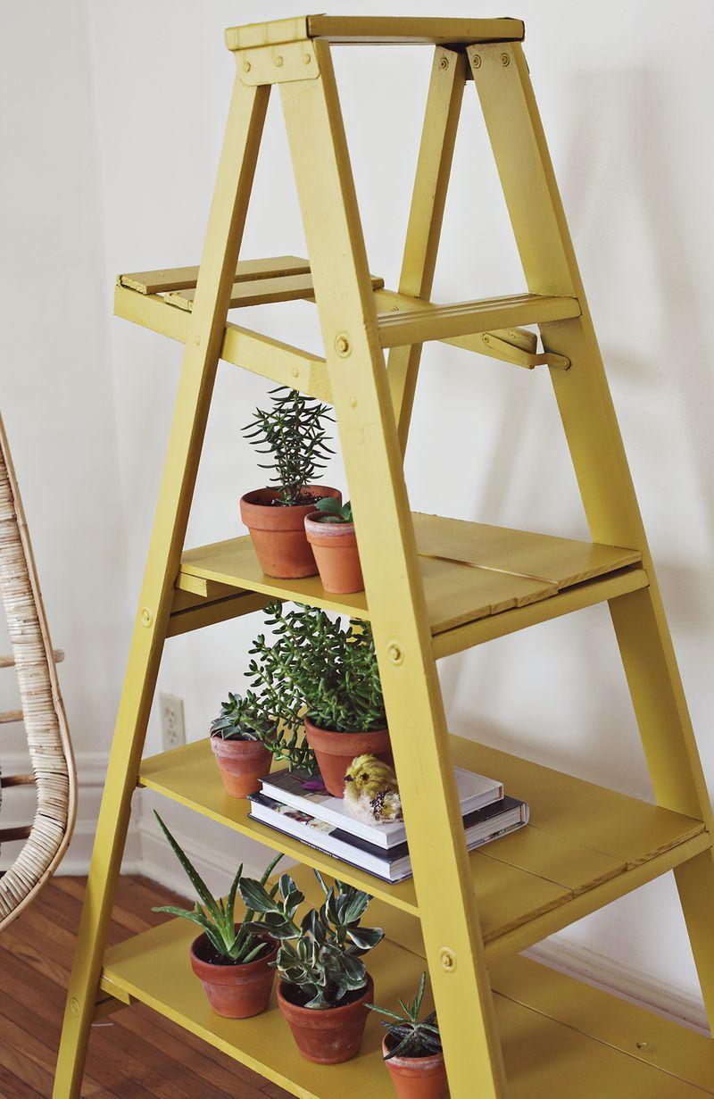 Uma escada, algumas tábuas de madeira e uma pintura nov