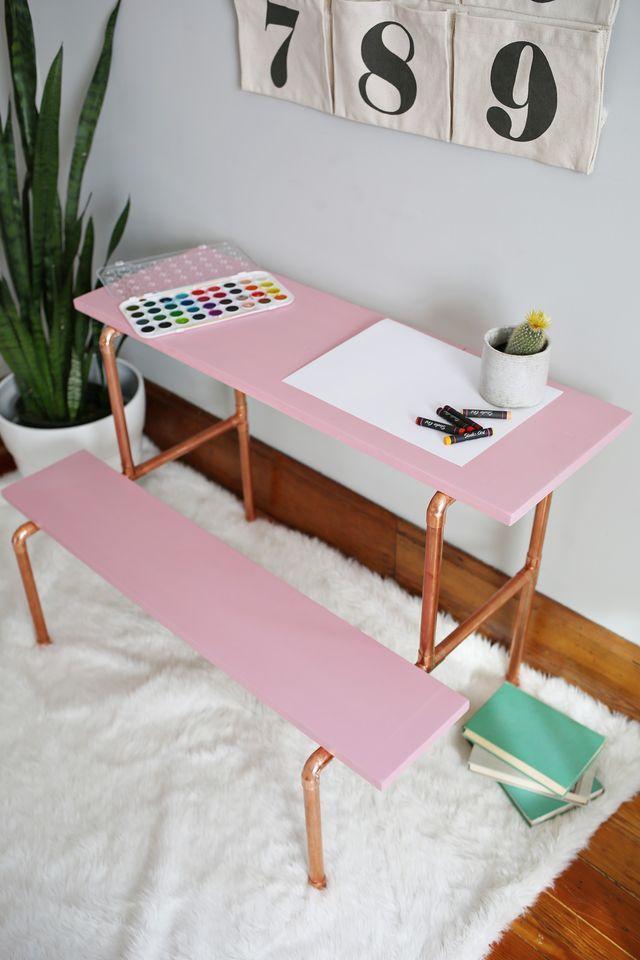Mesa e banco para as crianças brincarem feitos com restos de cano PVC