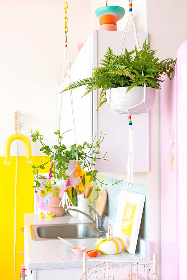Sem espaço para as plantinhas? Pendure os vasos no teto e faça você mesmo o suporte