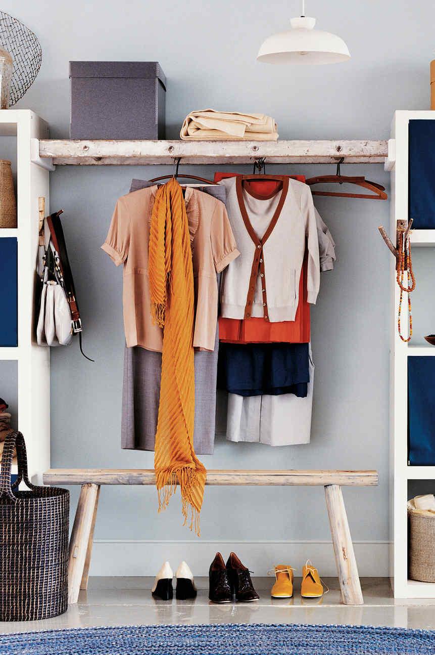 Decoração faça você mesmo: aqui, a ideia foi usar uma escada velha para servir como arara no guarda-roupa
