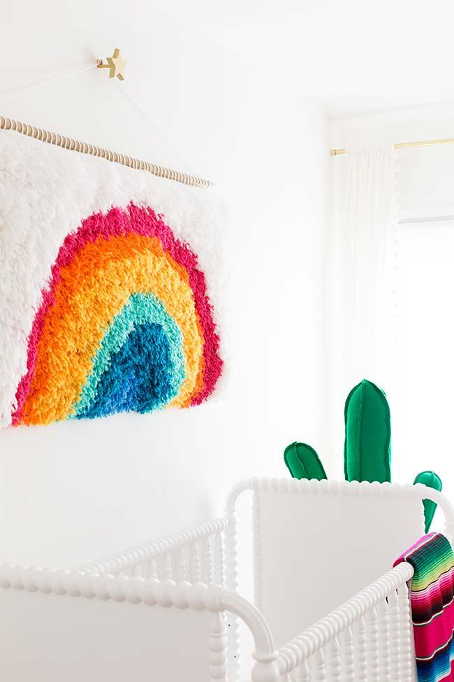 Quartinho de bebê clean decorado com peças coloridas pontuais