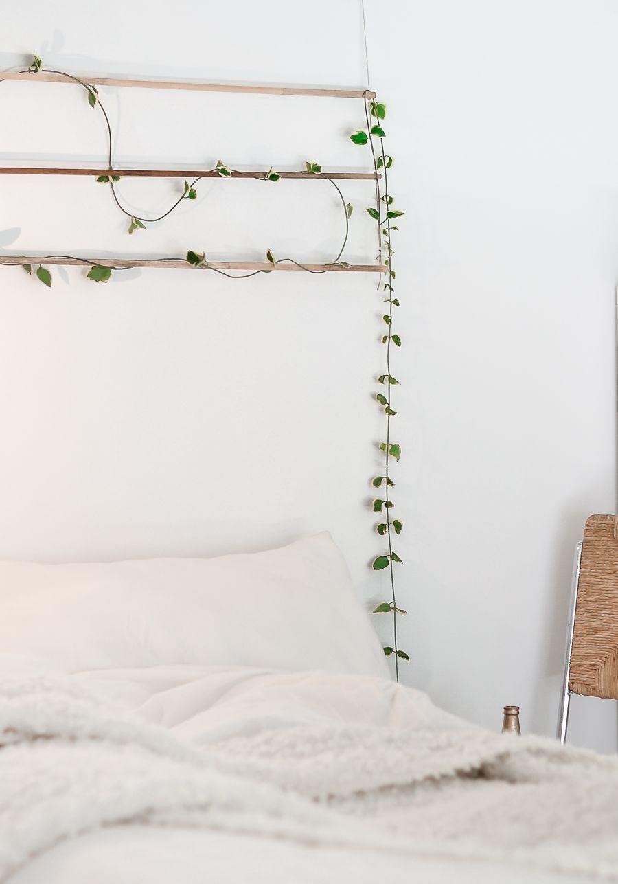 Varalzinho de folhas verdes forma um detalhe gracioso em cima da cama