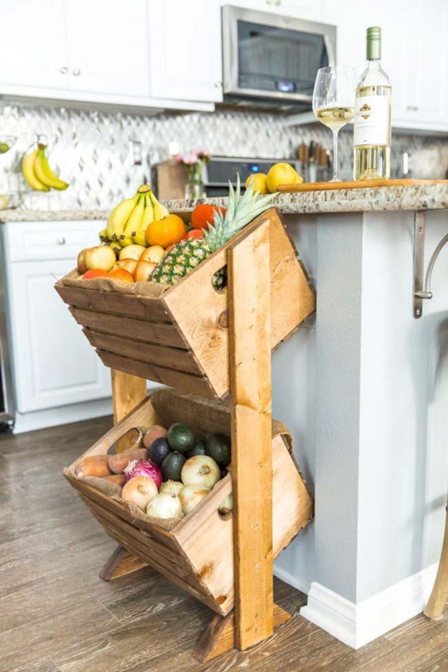 A fruteira dessa cozinha foi feita com caixotes reaproveitados de madeira