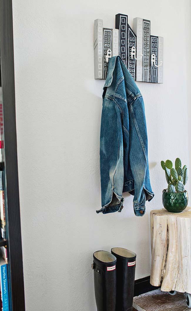 Em um suporte para roupas no hall de entrada