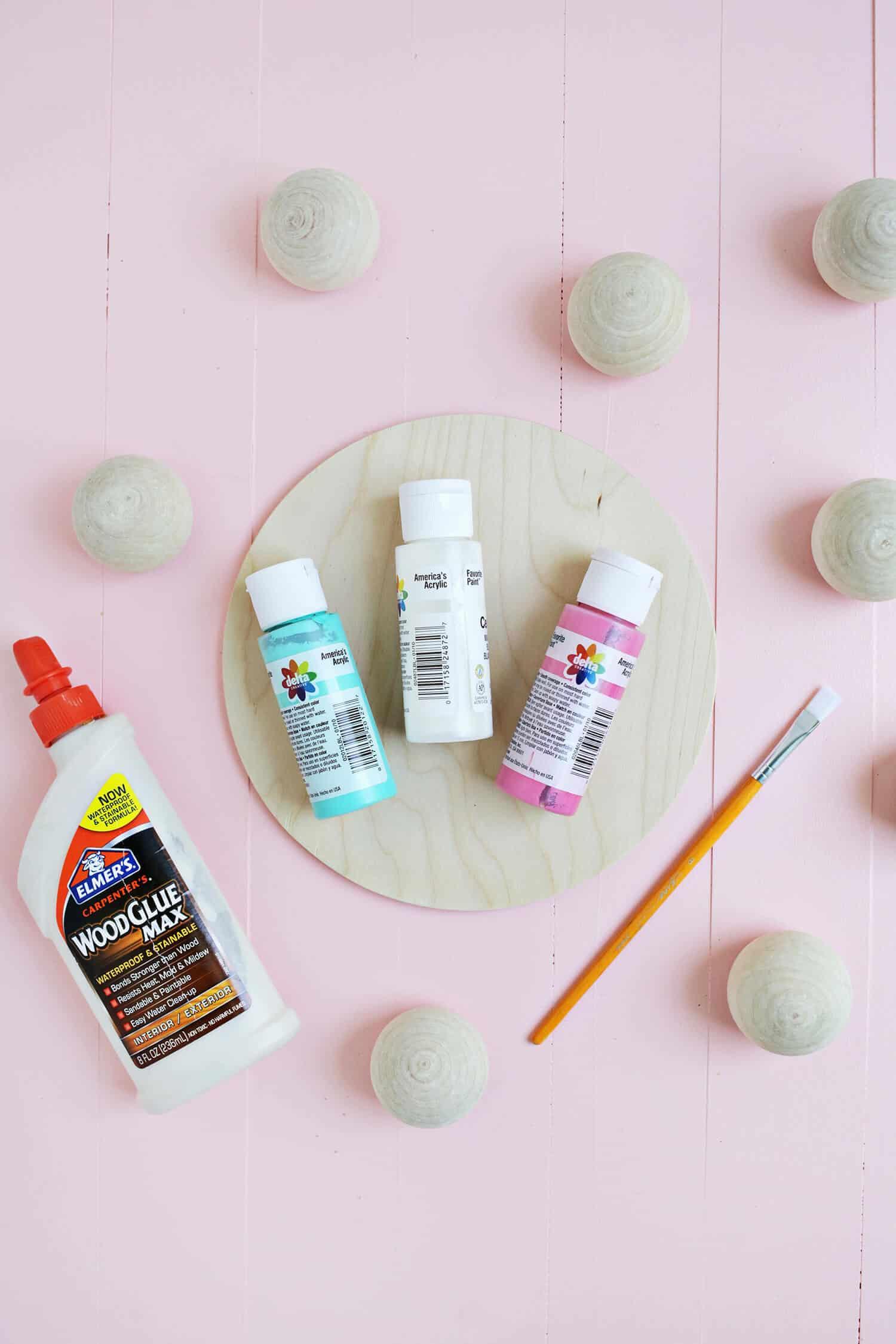 Separe agora tinta nas cores que preferir, bolinhas de isopor, pincel e cola branca