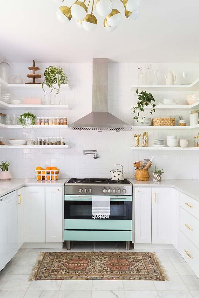 Bastou uma pintura no fogão e alguns vasos de planta para 'acender' a decoração dessa cozinha