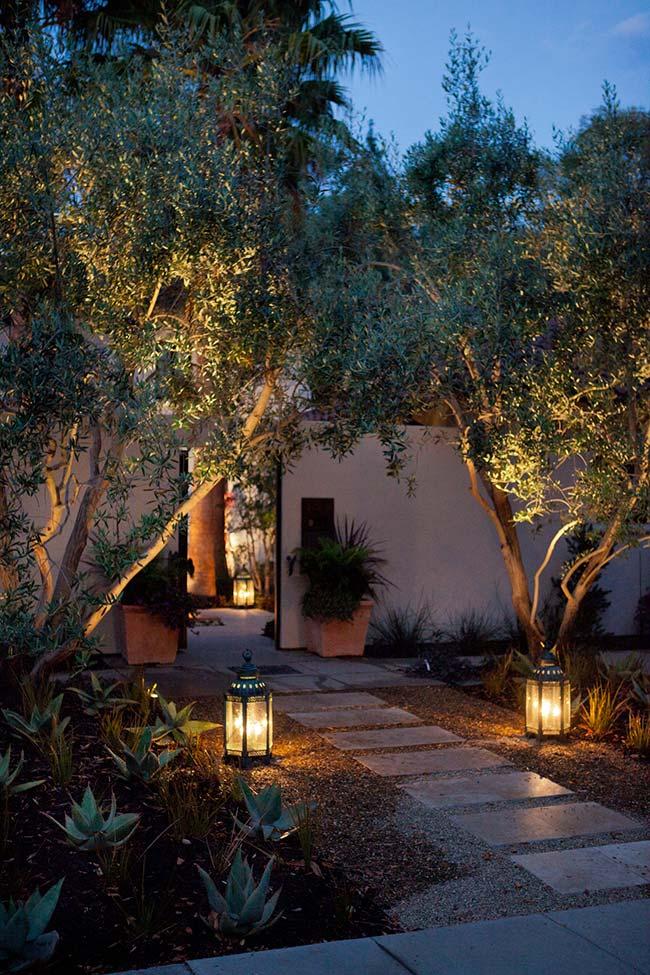 Iluminação de jardim: lanternas clareiam a passagem