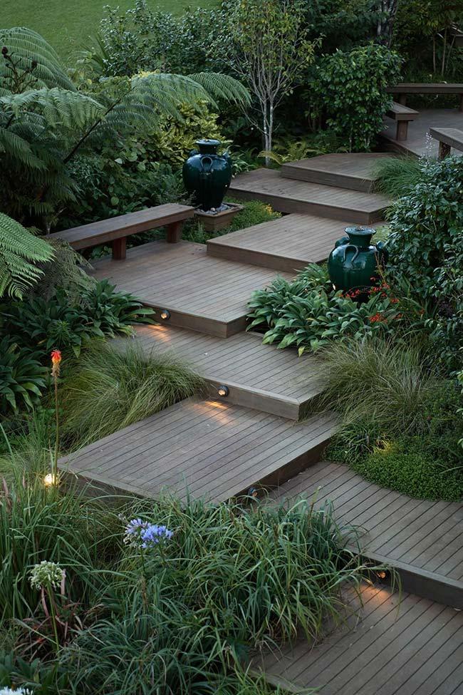 Piso de madeira do jardim ganhou luzes embutidas nos degraus