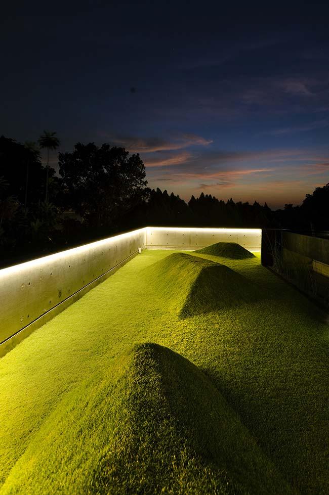O jardim só de grama foi valorizado pela presença da iluminação indireta