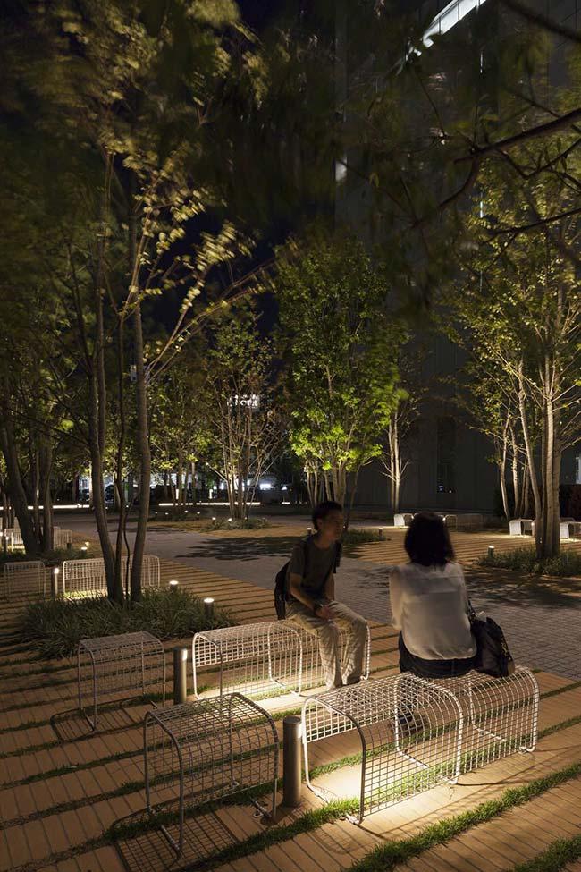 A iluminação do jardim público tem múltiplas funções, entre elas oferecer claridade, segurança, beleza e conforto visual