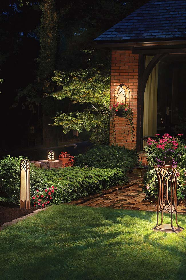 Jardim delicado, aconchegante e com toque de romantismo; todos esses efeitos obtidos graças a iluminação do jardim