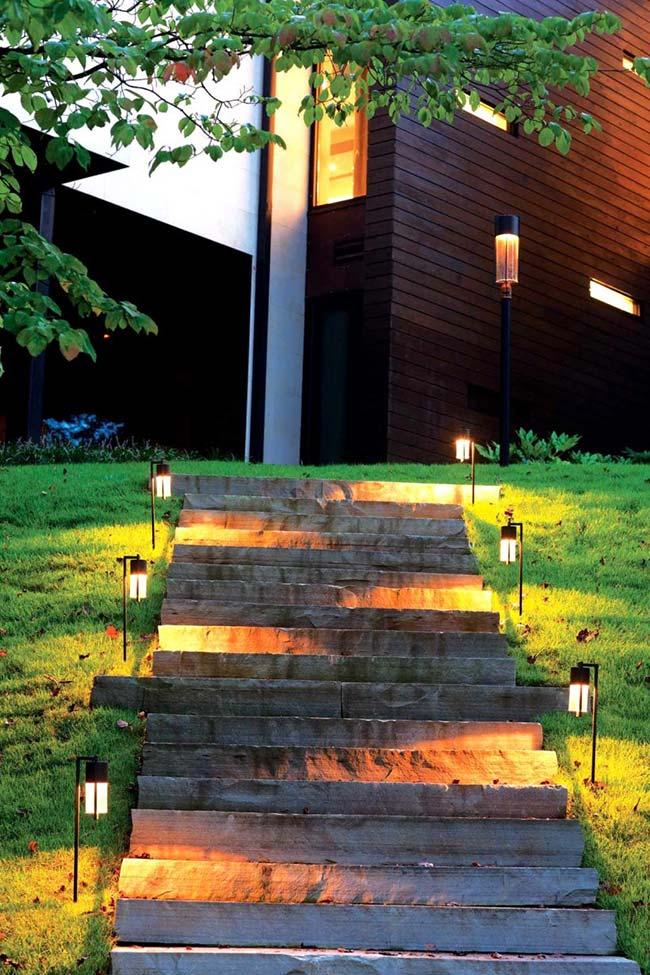 A escada do jardim não precisa ser apenas iluminada, pode ter um belo efeito visual também