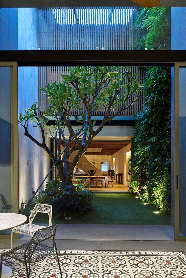 Para não atrapalhar a passagem estreita, a iluminação desse jardim foi embutida no chão e rente à parede