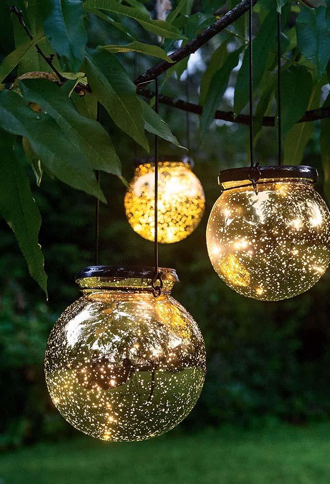 Aqui as bolas de vidro com pintura descascada garantem o efeito diferenciado na iluminação e você mesmo pode fazer