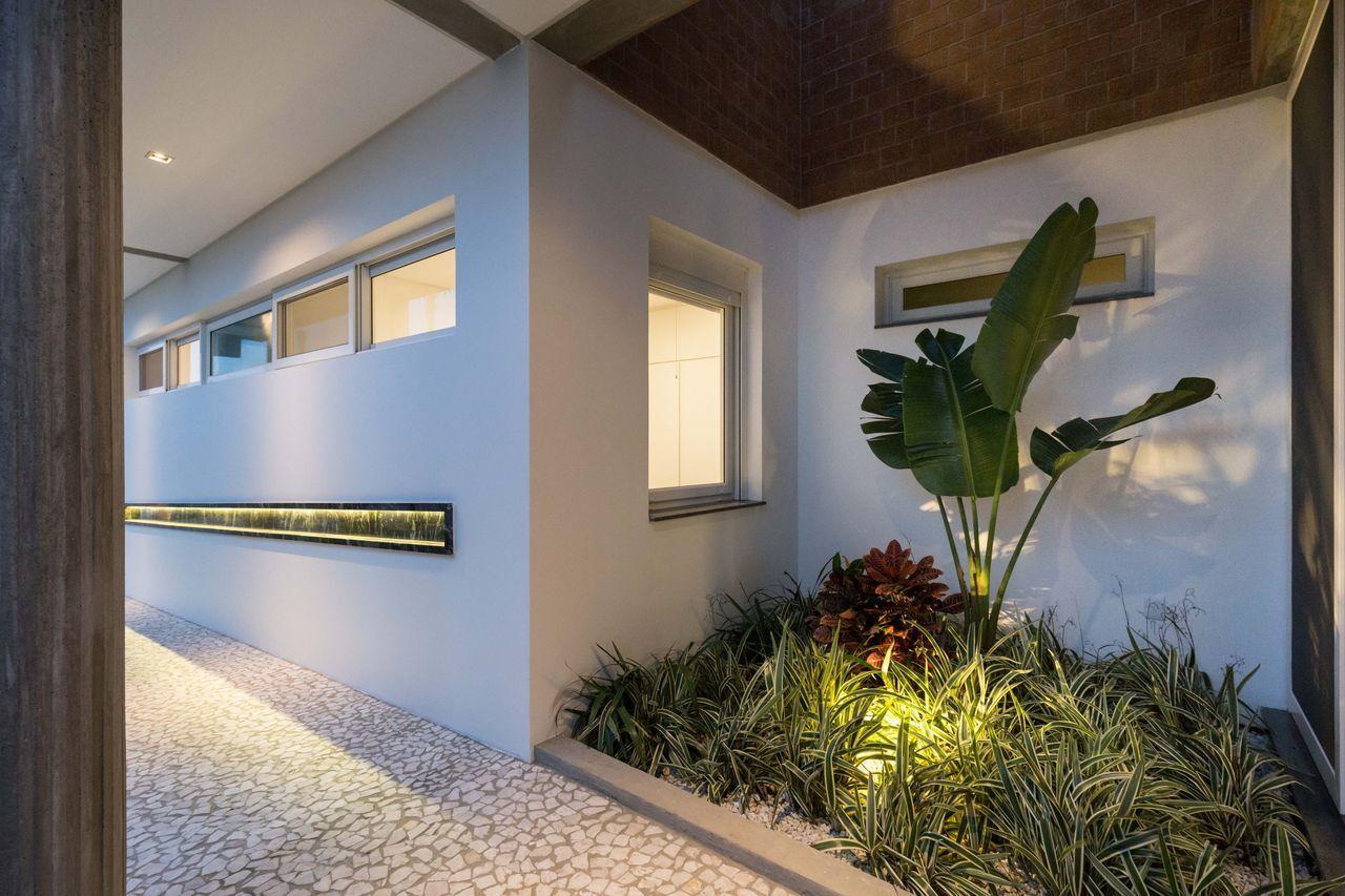 A iluminação embutida e simples valorizou o projeto desse jardim pequeno de folhagens