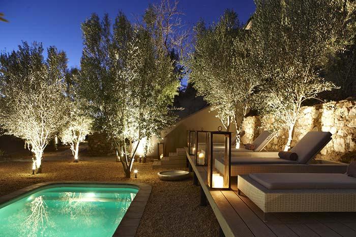 Iluminação de jardim: as luzes brancas servem para clarear, já para decorar foram colocadas lanternas de luz amarelada no chão