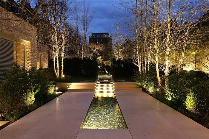 Iluminação de jardim: efeito da luz sobre a água é um destaque a mais para o jardim