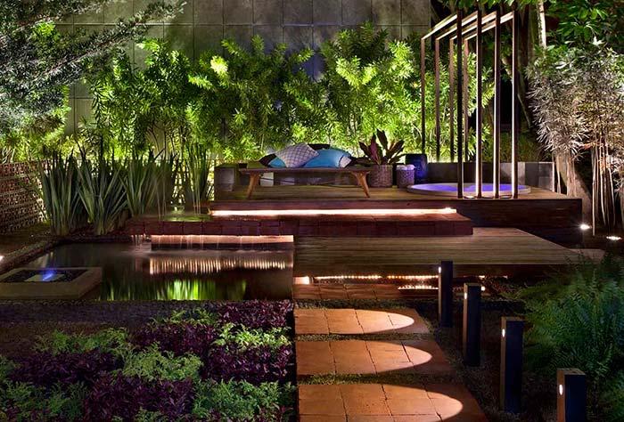 A iluminação do jardim provoca um jogo de formas e volumes muito interessante visualmente