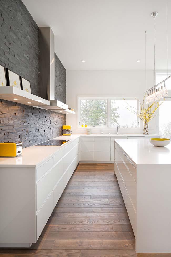 Pedra Miracema cinza foi usada em filetes para compor o projeto dessa cozinha de design clean e moderno