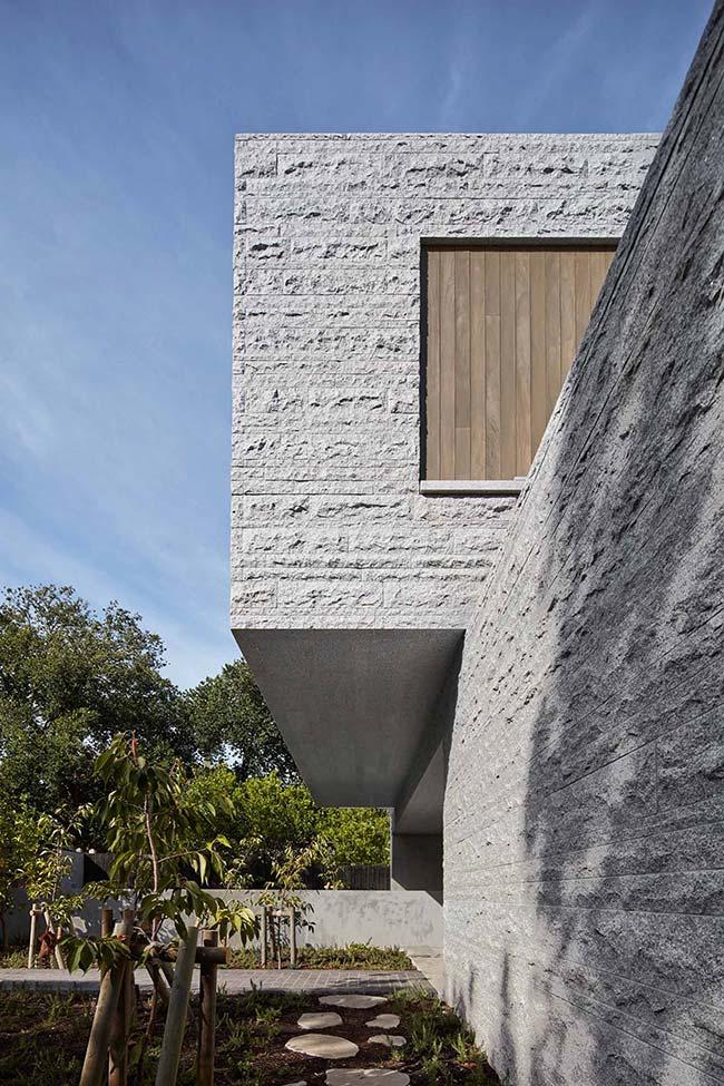 Uma casa moderna toda revestida com pedra Miracema branca