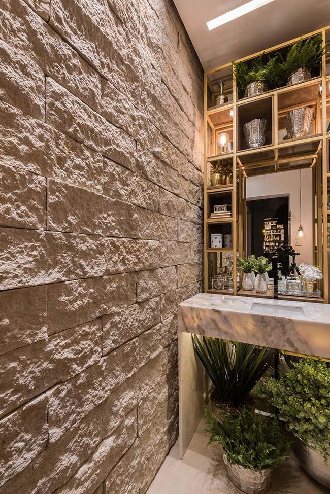 Banheiro rústico chique conta com o contraste entre a pedra bruta
