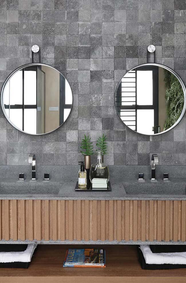 Banheiro com parede e bancada na mesma proposta de cor, mas em materiais diferentes