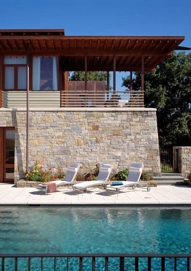 Para a área da piscina a Miracema é ideal, especialmente para o chão, já que a pedra é antiderrapante