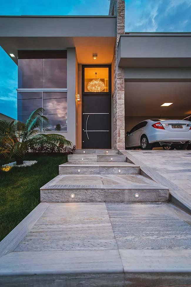 A escada externa feita com miracemas contou com um projeto especial de iluminação