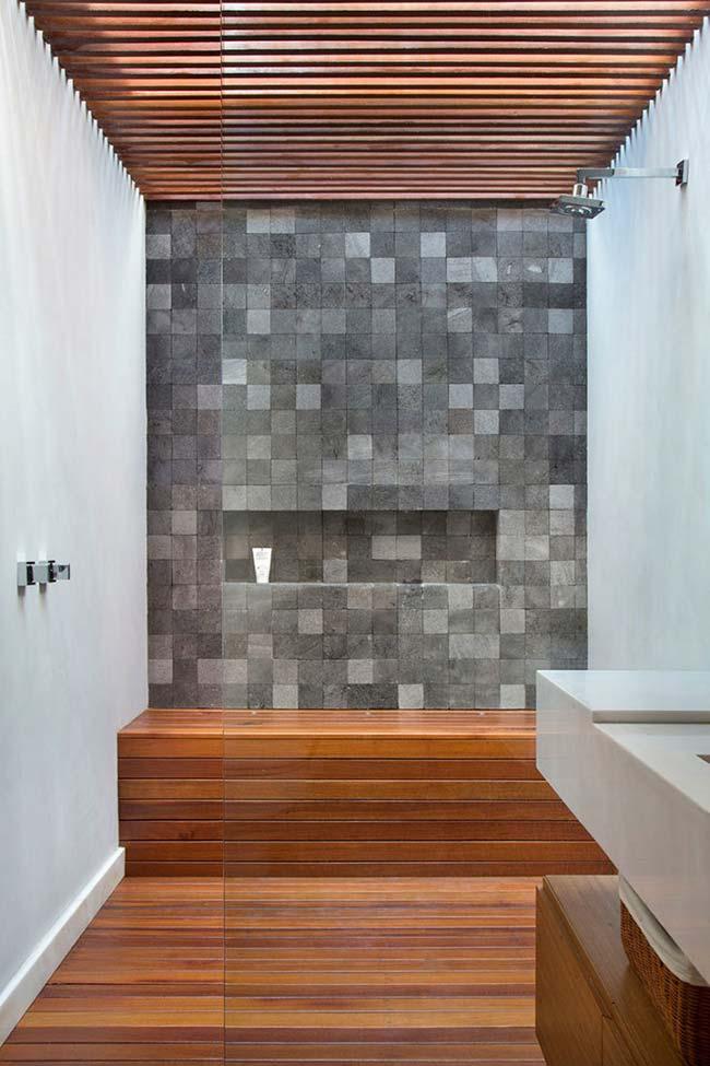 Nesse banheiro as pastilhas de Miracema cinza foram usadas para criar contraste na área do box