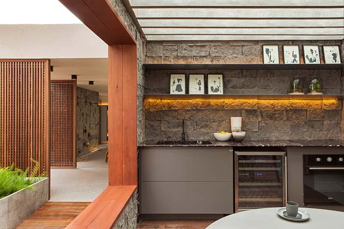 Senão fosse pelos eletros modernos, essa cozinha poderia ser chamada de medieval