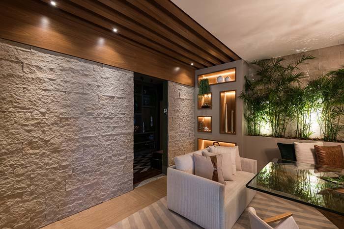 Pedras, plantas e madeira: a receita perfeita para quem busca um ambiente acolhedor e aconchegante