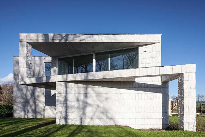 A beleza das miracemas brancas completam a proposta de arquitetura moderna dessa casa
