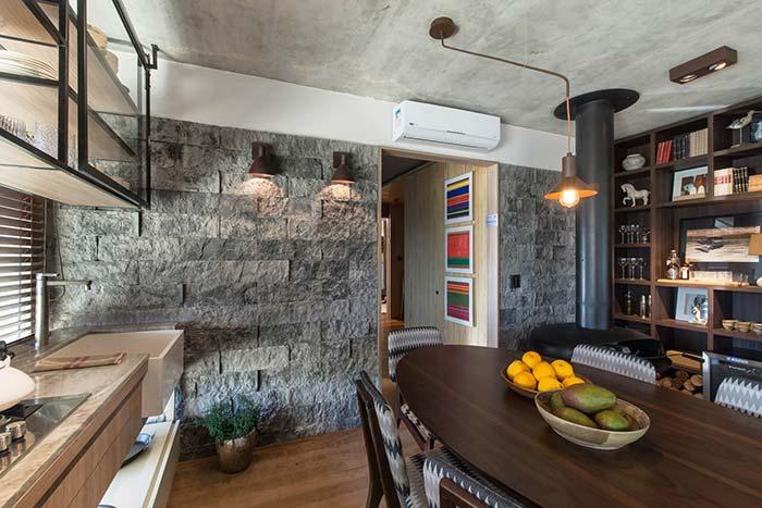 Rústica na medida: a parede revestida com miracemas complementou essa proposta de decoração