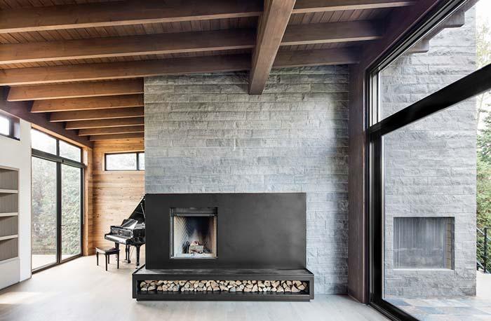 Nessa imagem, as miracemas cinzas revestem a parede da lareira e se estendem até a parte de fora da casa