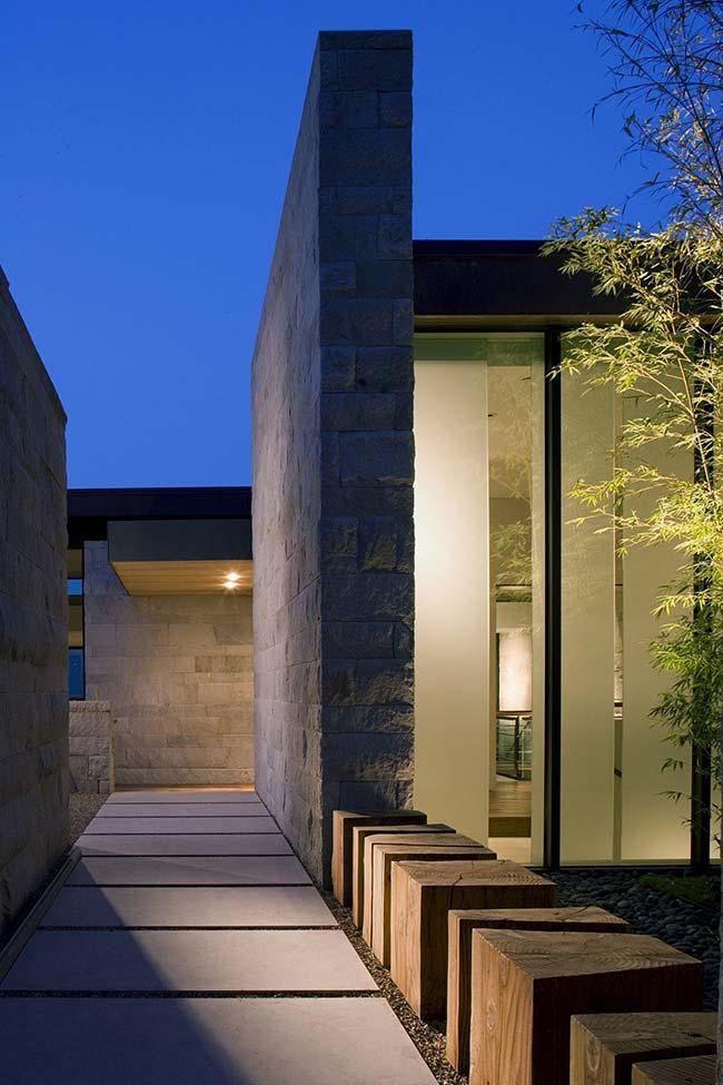 A representação de força, solidez e resistência atribuída às pedras fica evidente nas paredes da área externa da casa