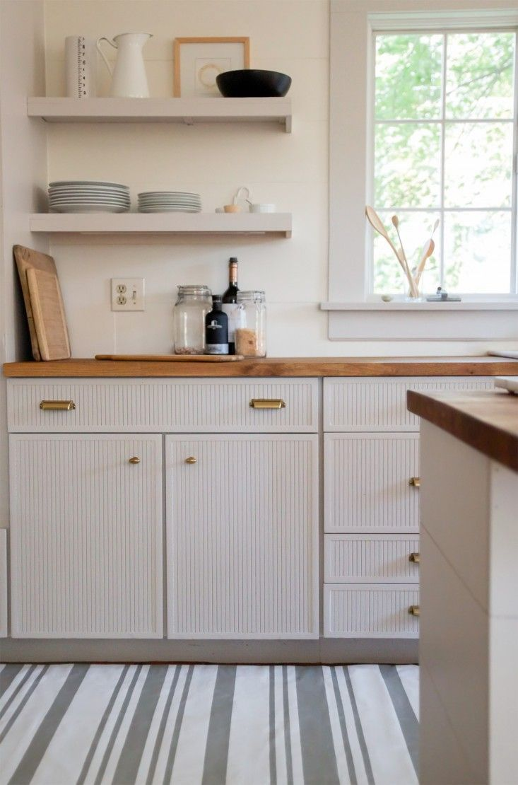 Passadeira para cozinha pintada à mão com um desenho simples só com listras