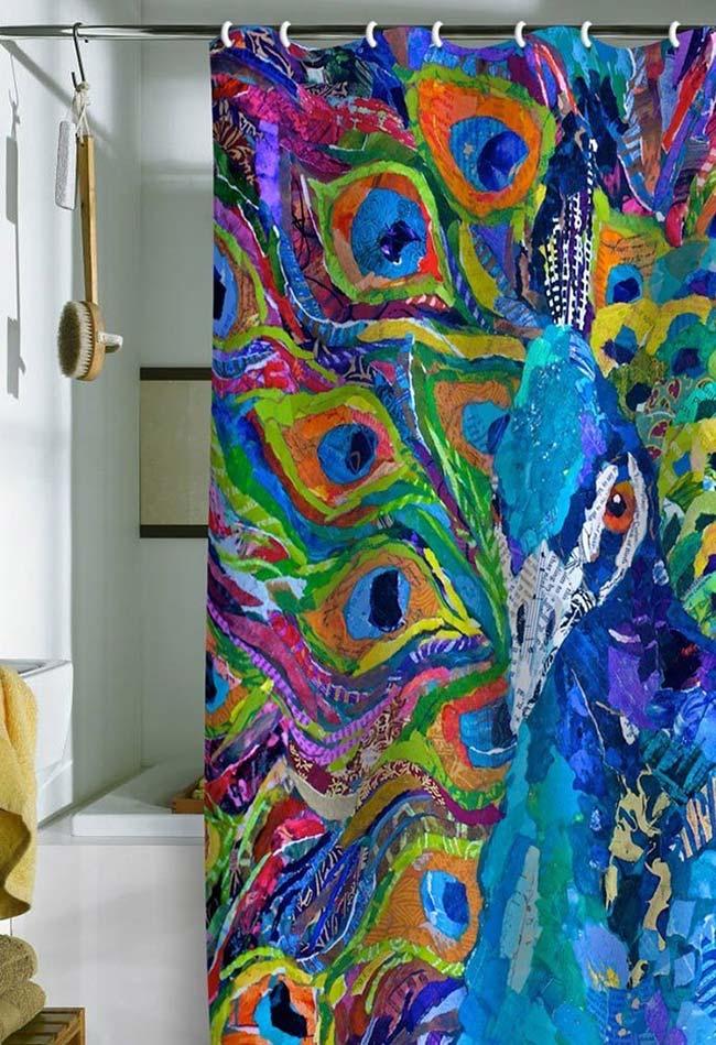Um lindo pavão pintado na cortina de pano do banheiro: uma peça funcional e decorativa