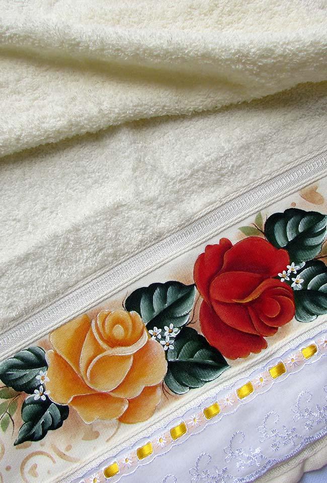 Toalha de banho com barrado de rosas pintadas à mão