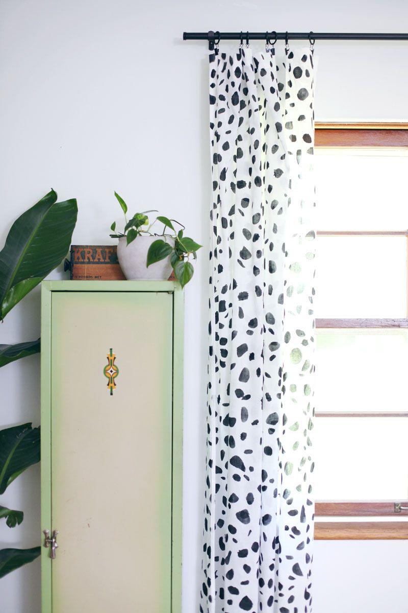 Pintura em tecido: ima cortina pintada à mão para decorar a sala com muito estilo