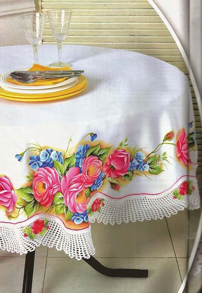 Toalha de mesa redonda pintada à mão com barrado em crochê, um luxo!
