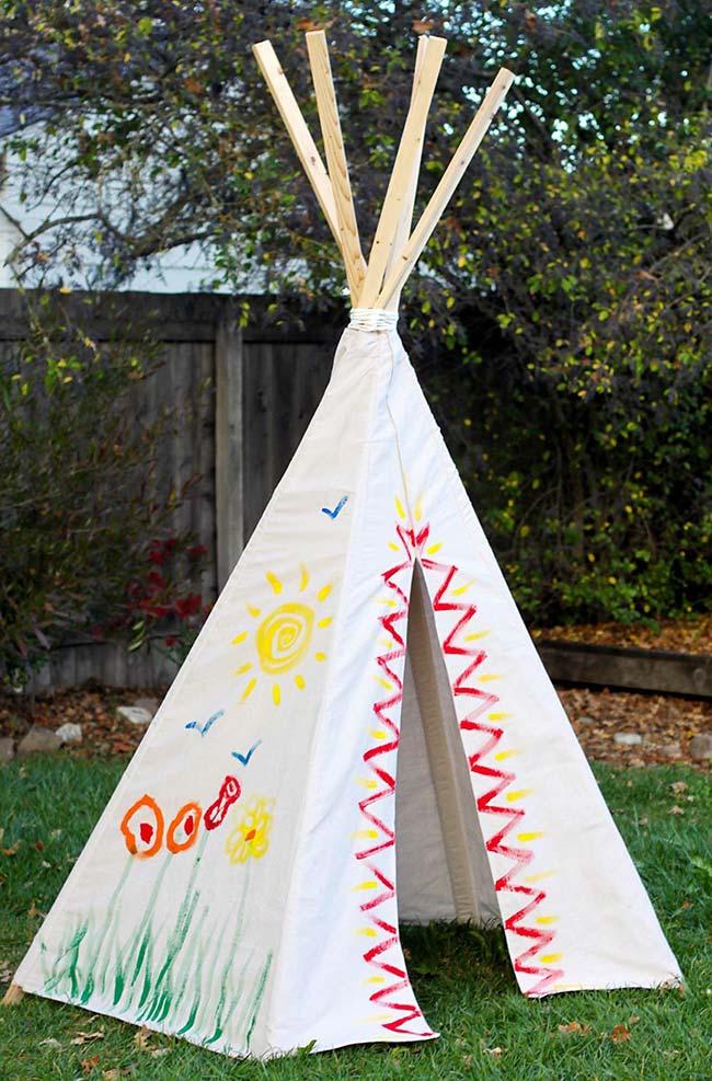 Uma cabana divertida pintada pelas próprias crianças