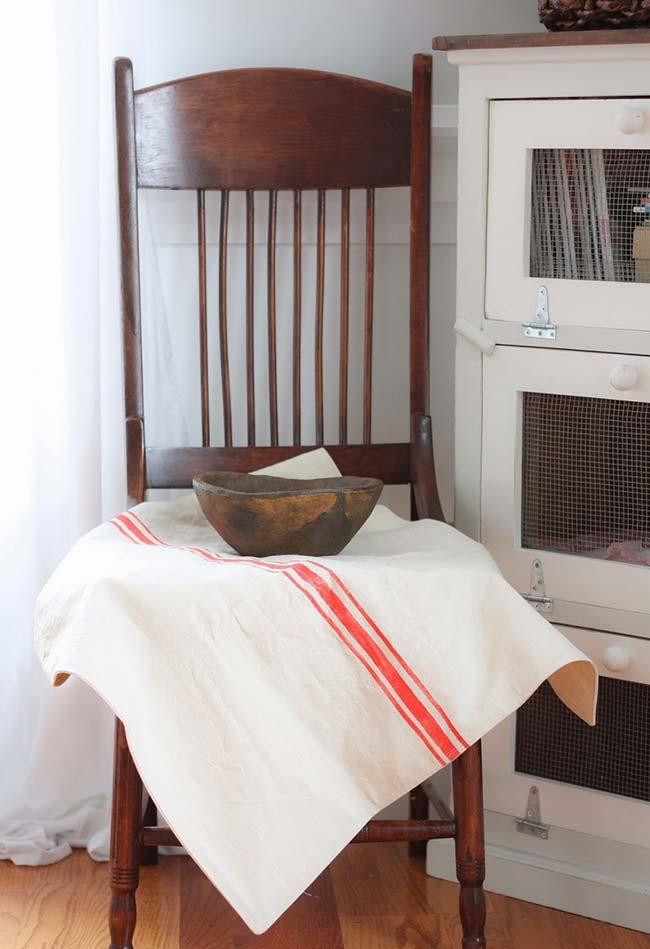 Pintura em tecido: uma simples faixa vermelha pode fazer milagre pelo pano da sua cozinha