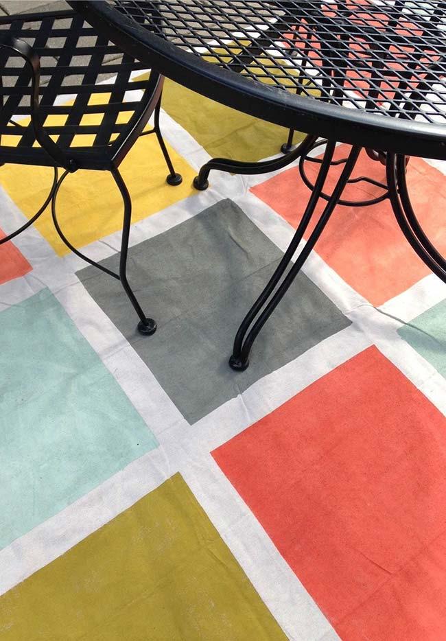 Simples quadrados coloridos pintados à mão formam esse tapete da sala de jantar