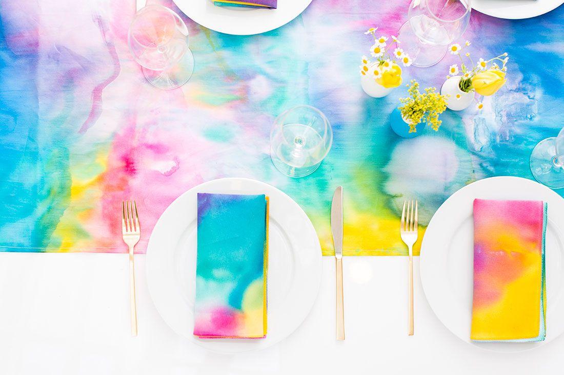 Técnica Tie dye de pintura para colorir a toalha de mesa e os guardanapos