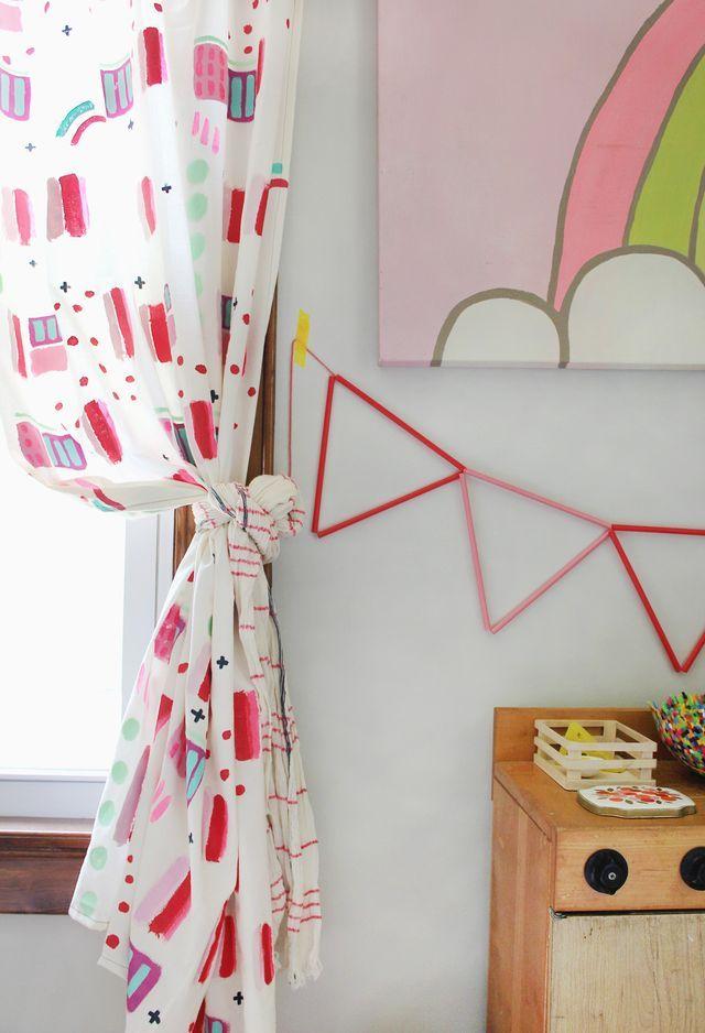 Faça você mesmo a decoração do quarto pintando a cortina e deixando as crianças fazerem um quadro para parede