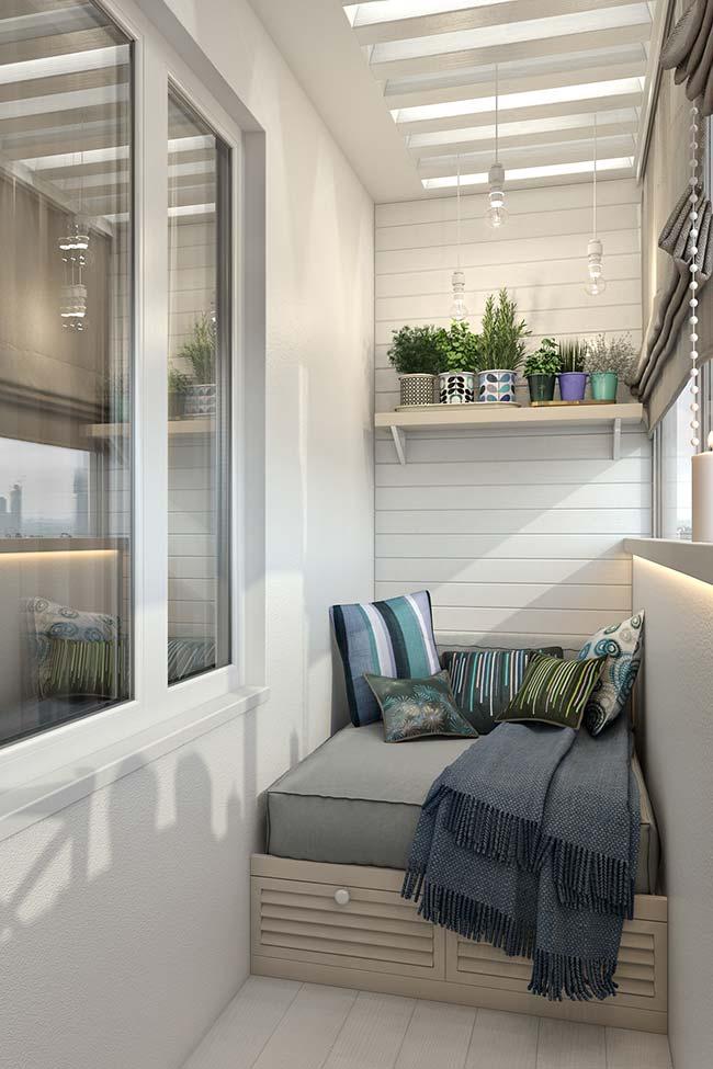 sofá planejado dessa varanda conta com gavetas para otimizar e organizar os objetos da casa