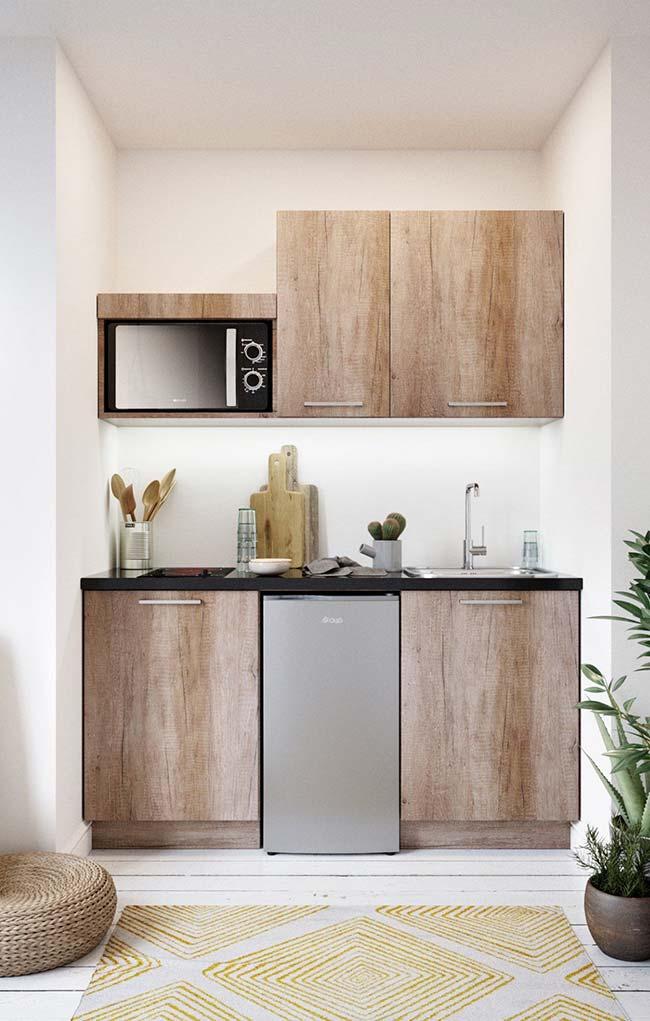O pequeno espaço dessa cozinha não foi problema para os armários feitos sob medida, eles se encaixaram perfeitamente no local