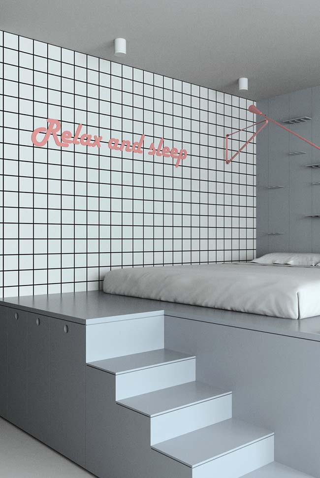 Mezanino planejado para abrigar o quarto; sob ele, armários e baús