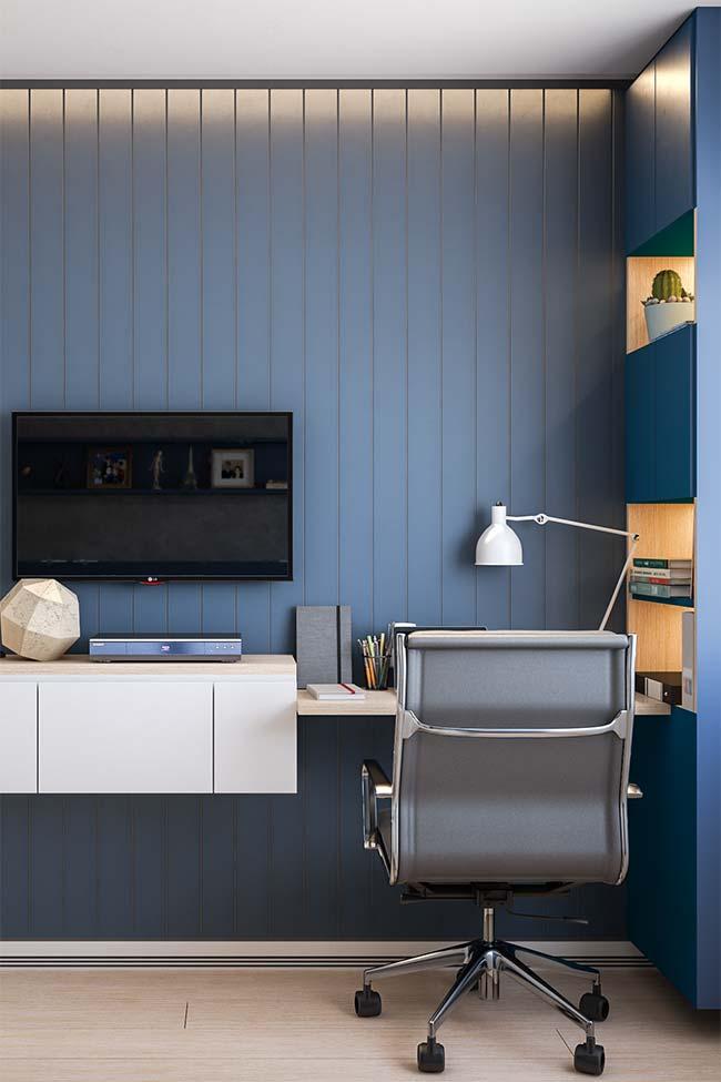 Móveis planejados dão continuidade aos ambientes, como nessa sala em que o rack se desdobra em uma bancada de trabalho