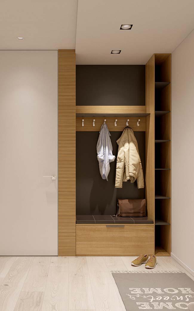 O móvel planejado no hall de entrada permite que roupas e sapatos sejam organizados assim que o morador chega em casa